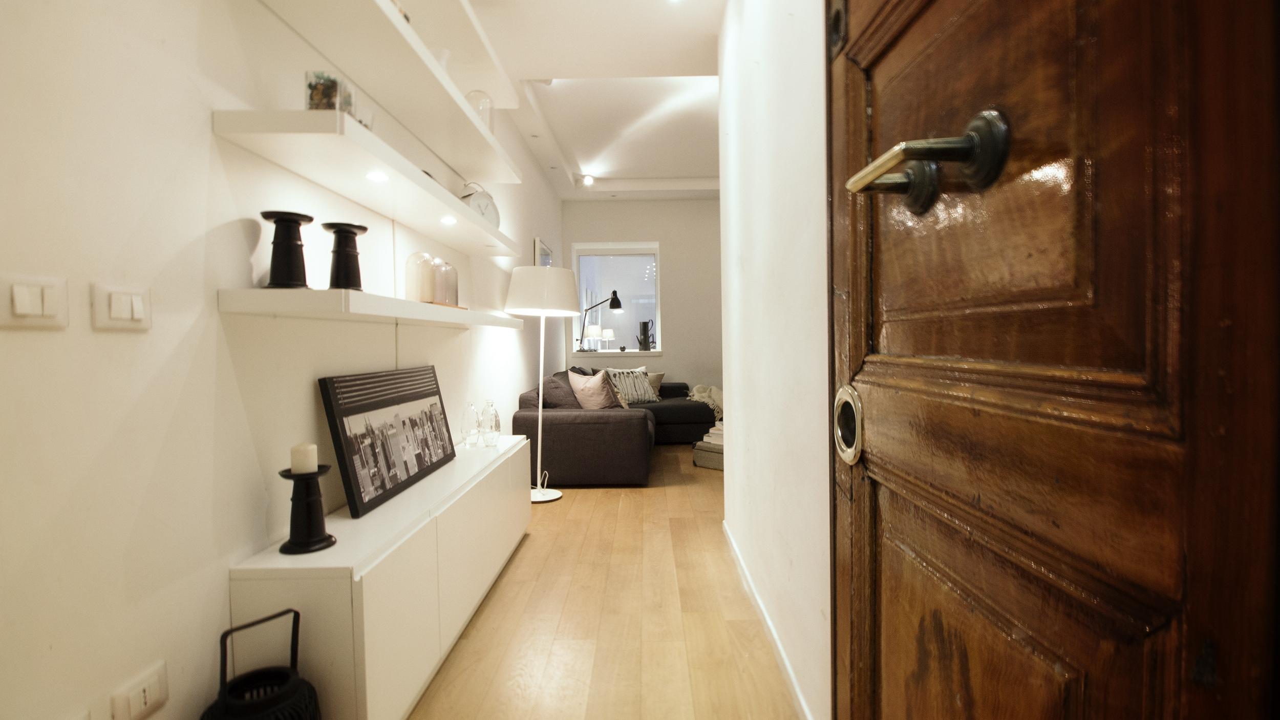 ingresso appartamento airbnb roma con home staging